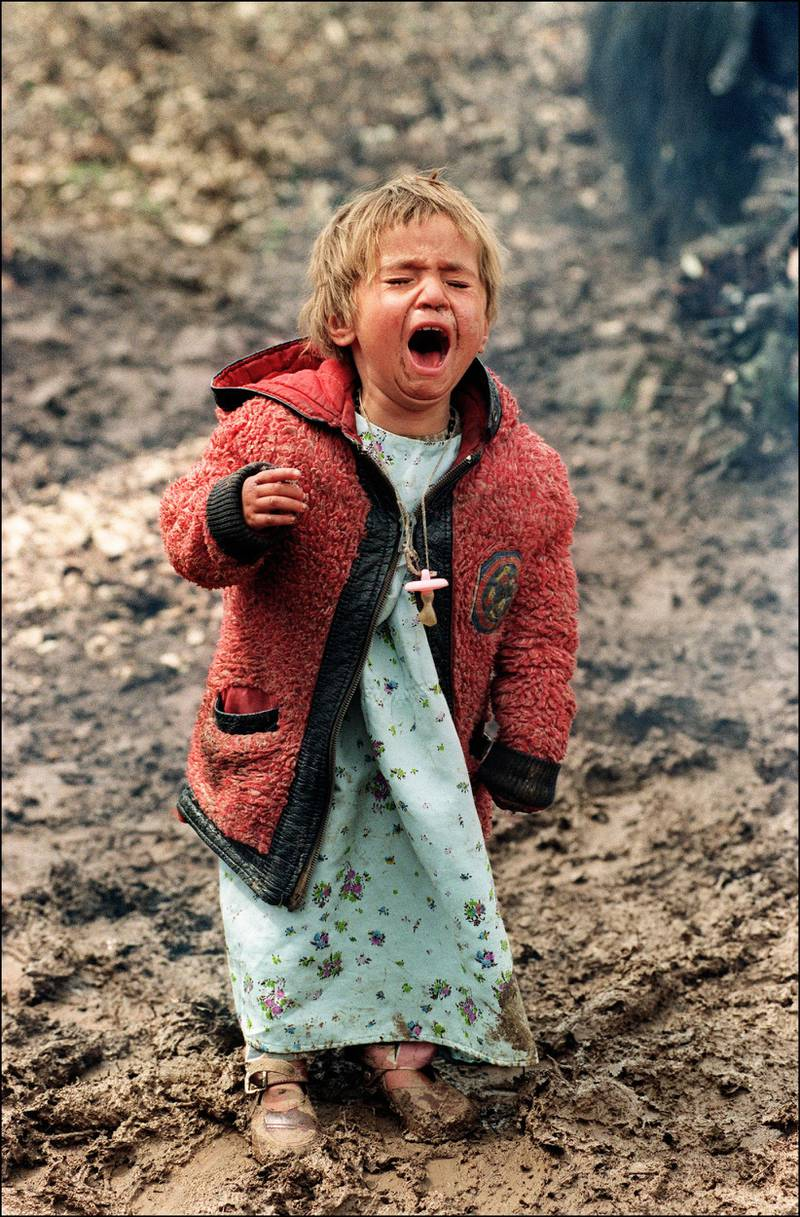 An Iraqi Kurdish refugee child cries out of despair 11 April 1991, in Isikveren refugee camp situated on the Turkish border with Iraq. (Photo by NABIL ISMAIL / AFP)