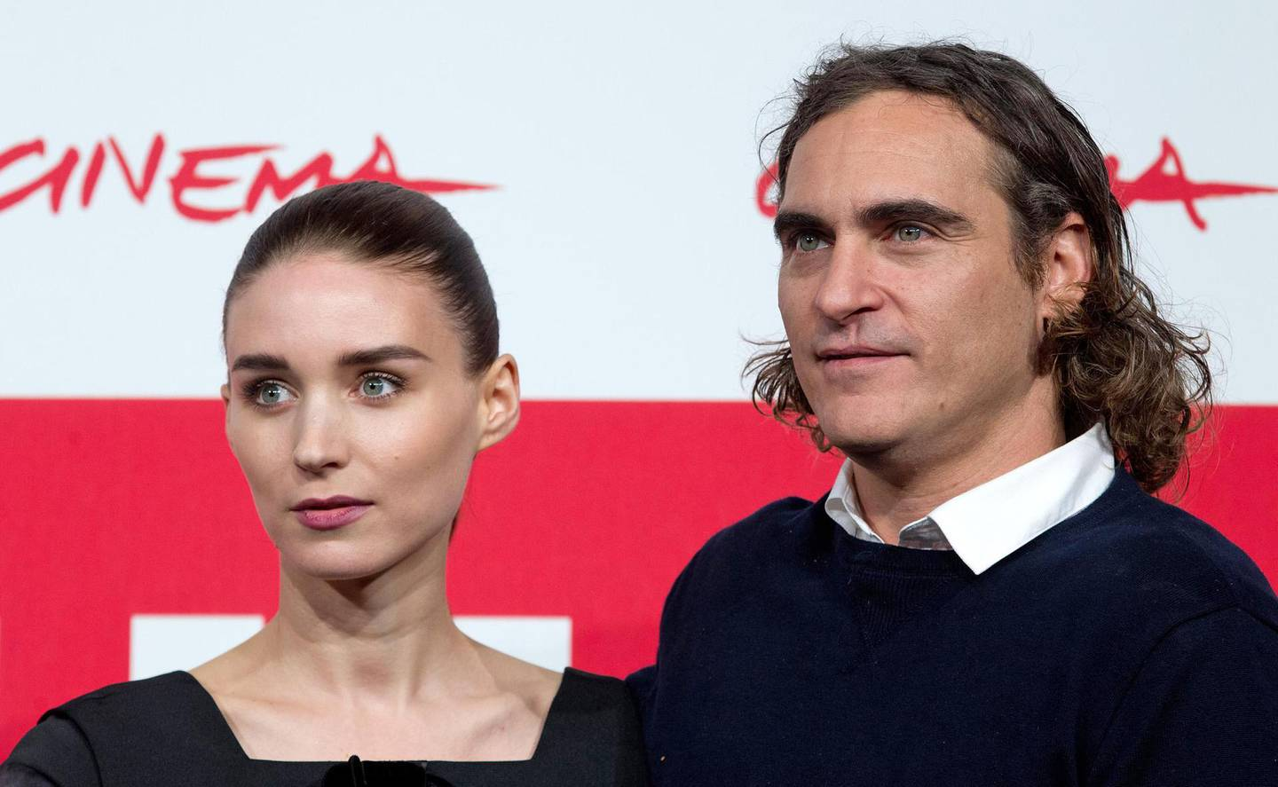 epa03943973 US actress/cast member Rooney Mara (L) and compatriot actor/cast member Joaquin Phoenix (R) pose during the photocall for the movie 'Her' at the 8th annual Rome Film Festival, in Rome, Italy, 10 November 2013. The movie is presented in the official competition at the festival that runs from 08 to 17 November.  EPA/CLAUDIO PERI