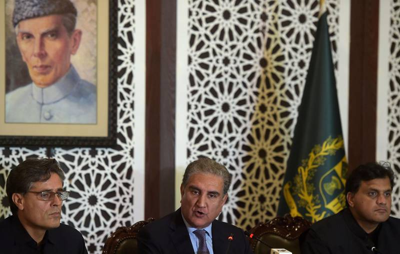 Pakistani Foreign Minister Shah Mehmood Qureshi (C) gives a press conference at the Foreign Ministry in Islamabad on August 16, 2019.   Pakistani Prime Minister Imran Khan spoke to US President Donald Trump about his concerns over the situation in disputed Kashmir region, Islamabad's foreign minister said, ahead ofa UN Security Council meeting to discuss the issue. / AFP / AAMIR QURESHI