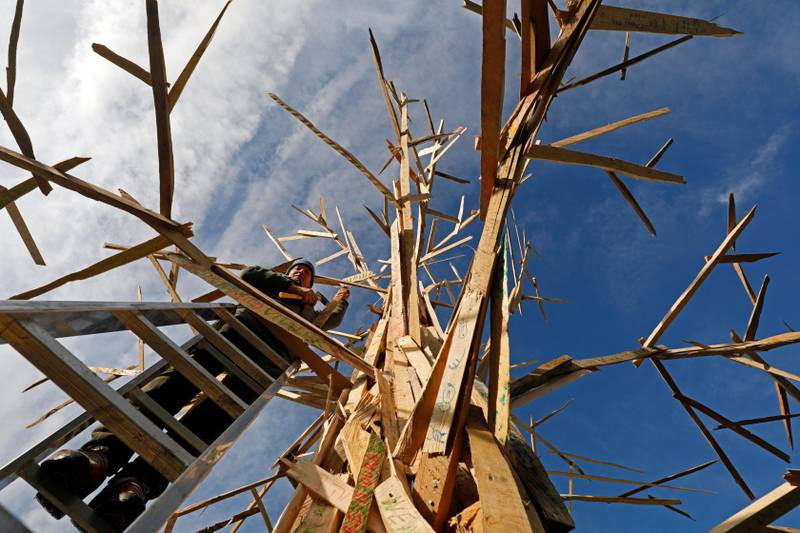 epaselect epa06327979 A craftsman adds parts to the sculpture 'Climate Tree' during the UN Climate Change Conference COP23 in Bonn, Germany, 14 November 2017. The 23rd session of the United Nations Framework Convention on Climate Change Conference (UNFCCC), the 2017 UN Climate Change Conference COP23 will take place from 06 to 17 November in Bonn, the seat of the Climate Change Secretariat, under the presidency of Fiji.  EPA/RONALD WITTEK
