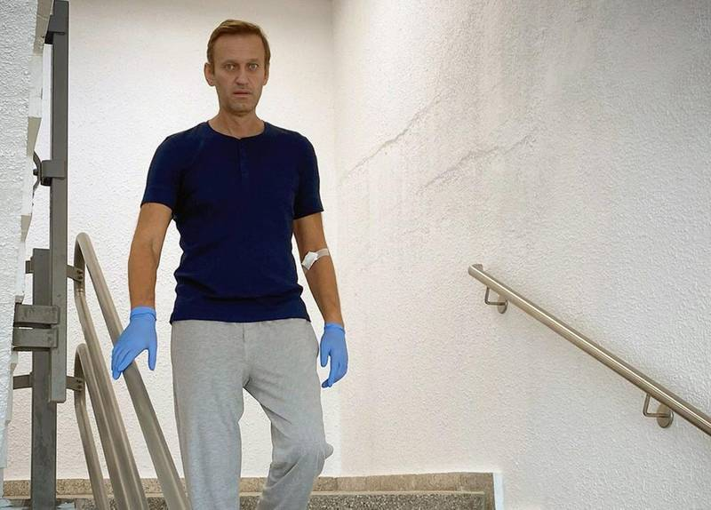 """This handout picture posted on September 19, 2020 on the Instagram account of @navalny shows Russian opposition leader Alexei Navalny in Berlin's Charite hospital. Russian opponent Alexei Navalny posted a photo on Instagram showing him steping down on stairs in the German hospital where he is being treated, proof of his recovery from his suspected poisoning in late August. - RESTRICTED TO EDITORIAL USE - MANDATORY CREDIT """"AFP PHOTO / Instagram account @navalny / handout"""" - NO MARKETING - NO ADVERTISING CAMPAIGNS - DISTRIBUTED AS A SERVICE TO CLIENTS  / AFP / Instagram account @navalny / Handout / RESTRICTED TO EDITORIAL USE - MANDATORY CREDIT """"AFP PHOTO / Instagram account @navalny / handout"""" - NO MARKETING - NO ADVERTISING CAMPAIGNS - DISTRIBUTED AS A SERVICE TO CLIENTS"""