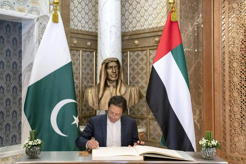 ABU DHABI, UNITED ARAB EMIRATES -November 18, 2018: HE Imran Khan, Prime Minister of Pakistan (C), signs a guest book during a reception at the Presidential Palace.  ( Hamad Al Kaabi / Ministry of Presidential Affairs )? ---