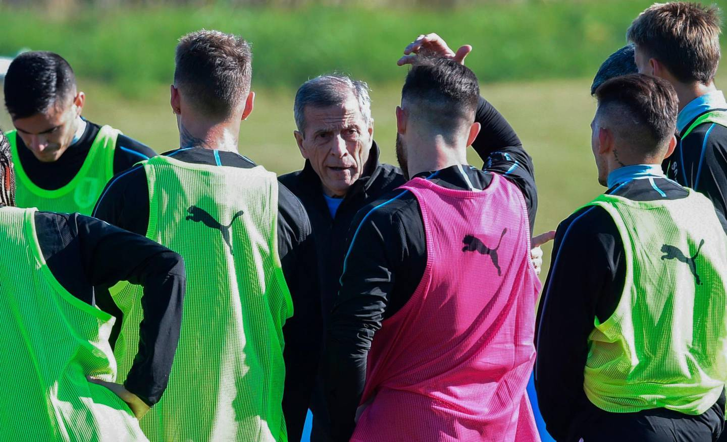 Uruguay's national team coach Oscar Washington Tabarez speaks with his footballers during a training session ahead of the FIFA World Cup 2018, at the Complejo Celeste training center in Montevideo, on May 24, 2018. / AFP / MIGUEL ROJO
