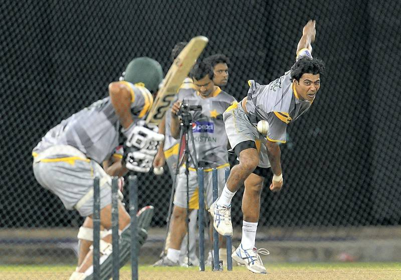 Pakistan cricketer Mohammad Sami (R) delivers the ball during a practice session at the R. Premadasa Stadium in Colombo on June 12, 2012. The third one-dayer will be played in R. Premadasa Stadium on June 13 and the last three games in Colombo on June 13, 16 and 18.  AFP PHOTO/ LAKRUWAN WANNIARACHCHI (Photo by LAKRUWAN WANNIARACHCHI / AFP)