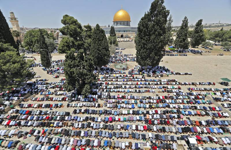 Palestinian worshippers pray near the Dome of the Rock mosque in Jerusalem's Al-Aqsa Mosque compound on the first Friday prayers of the Muslim holy month of Ramadan on May 18, 2018 / AFP PHOTO / Ahmad GHARABLI
