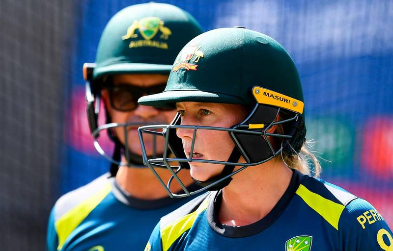 Australian captain Meg Lanning (R) speaks with coach Matthew Mott (L) ahead of the Twenty20 women's World Cup cricket final, in Melbourne on March 7, 2020.  --IMAGE RESTRICTED TO EDITORIAL USE - NO COMMERCIAL USE--  / AFP / William WEST / --IMAGE RESTRICTED TO EDITORIAL USE - NO COMMERCIAL USE--