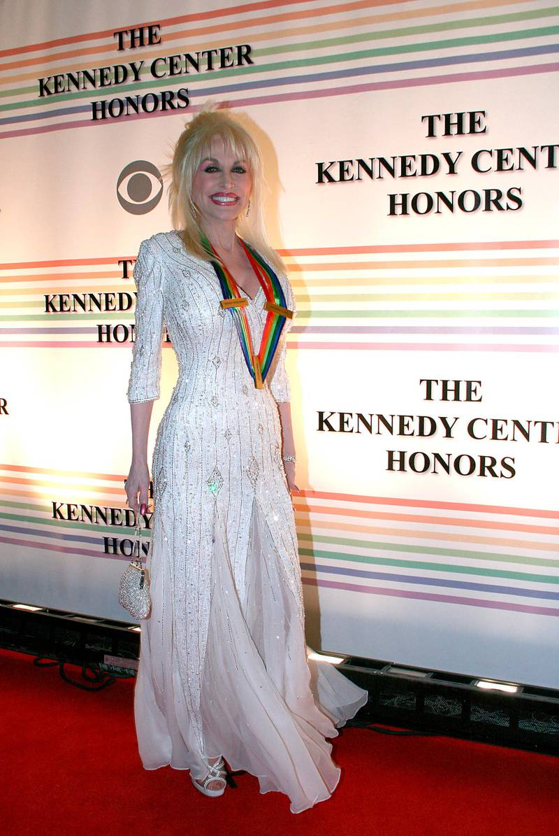 epa00877255 Country singer Dolly Parton  arrives at the Kennedy Center Honors, in Washington, DC, Sunday 03 December, 2006. Parton was one of the five honorees tonight.  EPA/MARK ABRAHAM