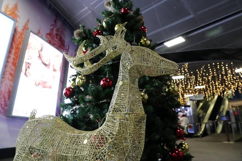 DUBAI , UNITED ARAB EMIRATES , November 26 – Christmas decoration around the Ski Dubai at Mall of the Emirates in Dubai. ( Pawan Singh / The National ) For News/Online/Standalone/Instagram/Big Picture