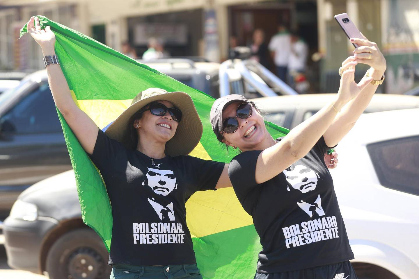 epa06999650 Supporters of candidate to the presidency of Brazil for the Liberal Social Party (PSL), Jair Bolsonaro, participate in a campaign event in Brasilia, Brazil, 05 September 2018. The Presidential elections will take place in the country in October.  EPA/Joédson Alves