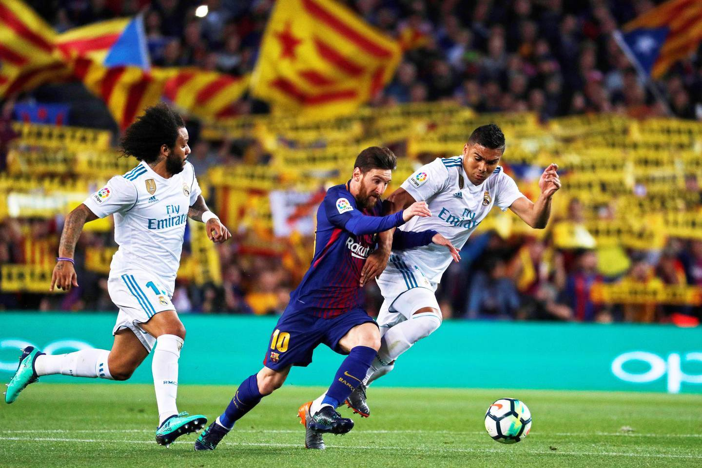 epaselect epa06715778 FC Barcelona's striker Lionel Messi (C) in action against Real Madrid players Casemiro (R) and Marcelo (L) during the Spanish Primera Division soccer match between FC Barcelona and Real Madrid at Camp Nou in Barcelona, Spain, 06 May 2018.  EPA/ALEJANDRO GARCIA