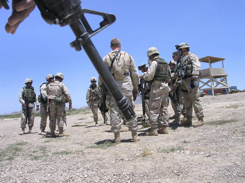 U.S. soldiers gather during an exercise at the Kandahar airbase in Afghanistan June 18, 2005. Afghan and U.S. troops backed by warplanes have killed more than 60 Taliban guerrillas in southwestern Afghanistan in the bloodiest fighting in months, officials said on Wednesday. Picture taken June 18, 2005. REUTERS/Ismail Sameem  AM/DY