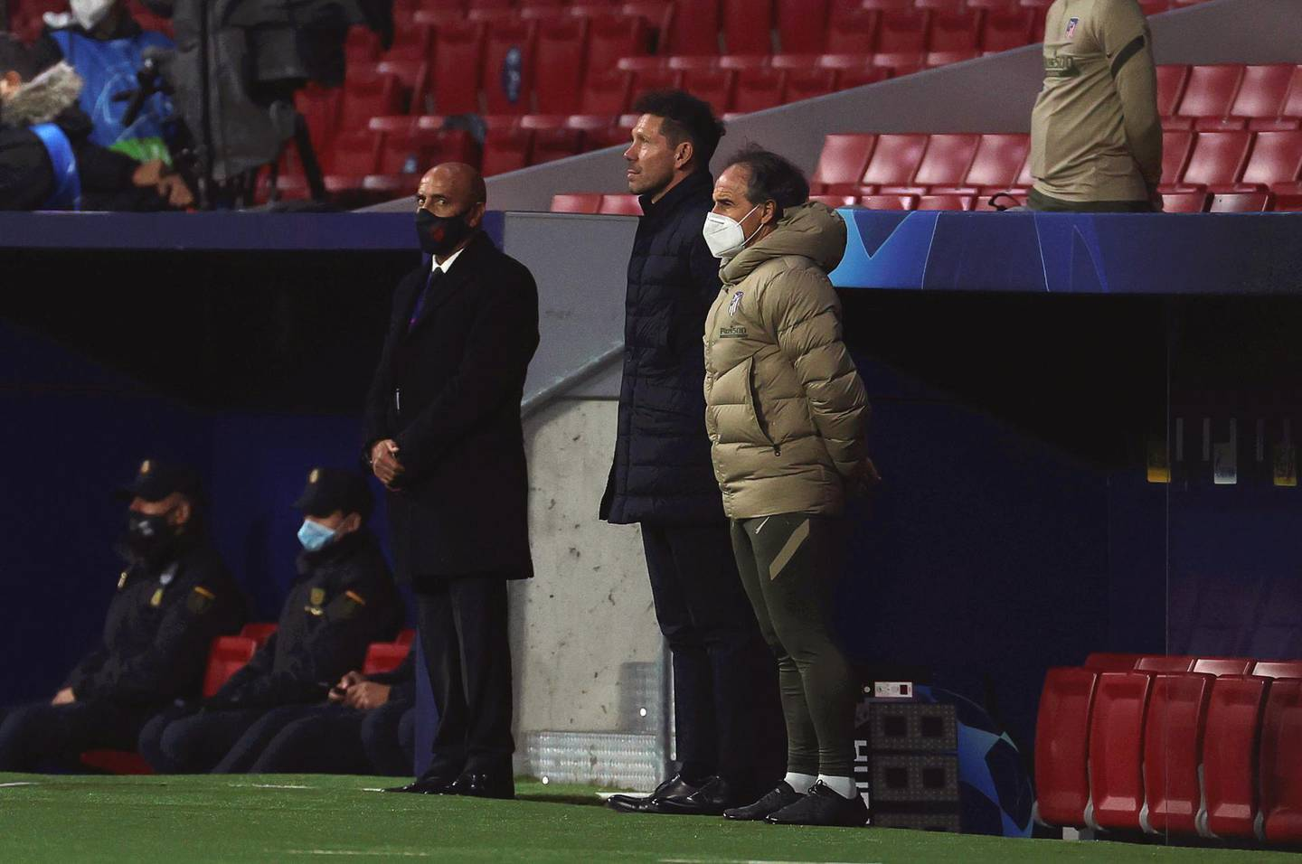 epa08842091 Atletico Madrid's Argentinean head coach Diego Simeone (C) observes a minute of silence in memory of late Argentinean soccer legend Diego Armando Maradona ahead of the UEFA Champions League group A soccer match between Atletico Madrid and Lokomotiv Moscow at Metropolitano stadium in Madrid, Spain, 25 November 2020.  EPA/JUANJO MARTIN
