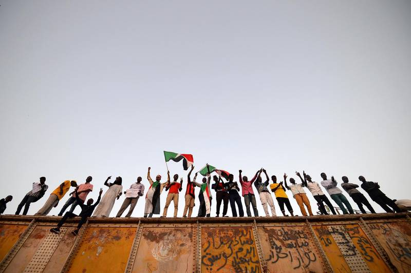 Sudanese protesters gather outside the army headquarters in Khartoum on May 6, 2019. - Defiant Sudanese protesters broke their fast on the first day of Ramadan today with chicken soup and beans, vowing to press on with their campaign for a civilian rule. As the call for the evening Maghreb prayer echoed, crowds of protesters gathered at the sit-in area in central Khartoum for iftar after a day of sweltering heat, an AFP correspondent reported. (Photo by Mohamed el-Shahed / AFP)