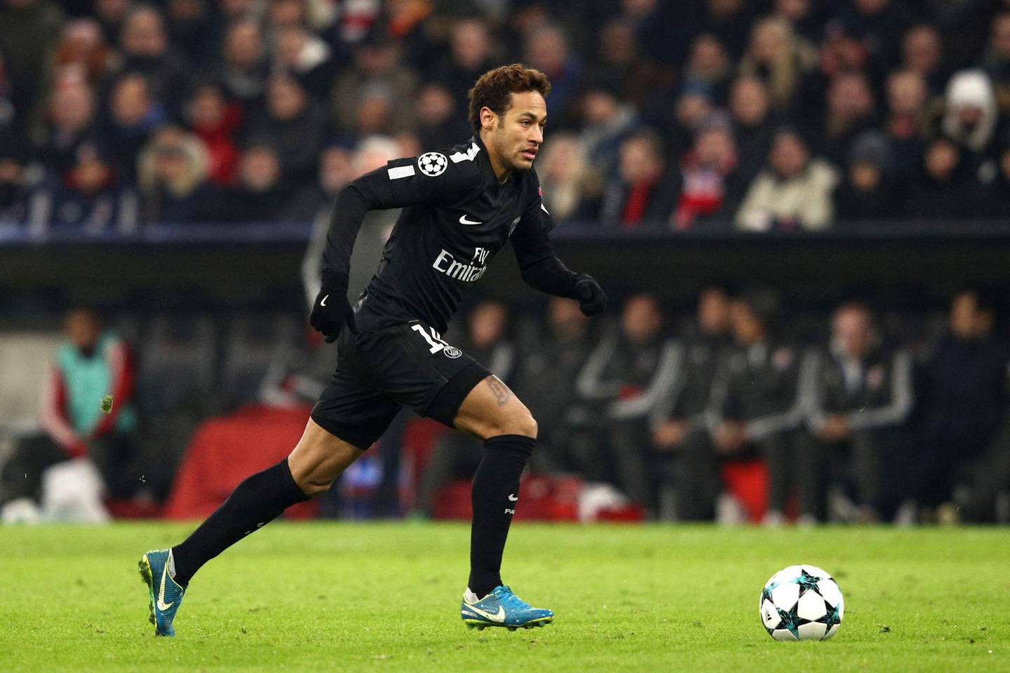 MUNICH, GERMANY - DECEMBER 05:  Neymar of PSG  during the UEFA Champions League group B match between Bayern Muenchen and Paris Saint-Germain at Allianz Arena on December 5, 2017 in Munich, Germany.  (Photo by Adam Pretty/Bongarts/Getty Images)