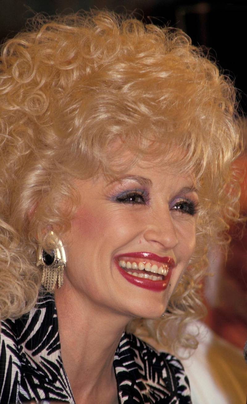 1987 : DOLLY PARTON AT A PRESS CONFERENCE.(Photo by Patrick Riviere/Getty Images)