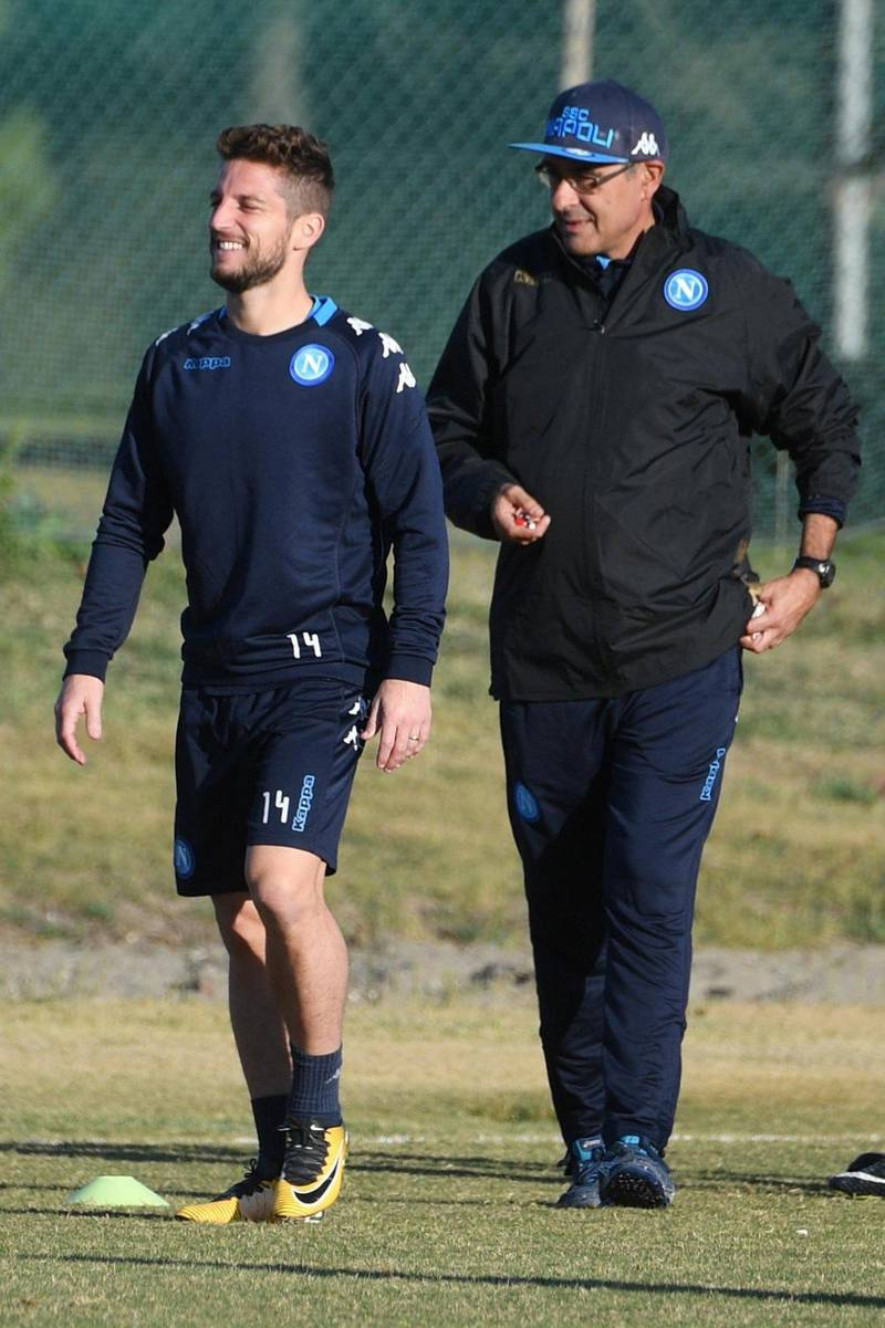 epa06299959 Napoli's head coach Maurizio Sarri (R) and his player Dries Mertens (L) attend a training session in Castel Volturno, Caserta, Italy, 31 October 2017. SSC Napoli play Manchester City on 01 November 2017 in an UEFA Champions League Group F soccer match.  EPA/CIRO FUSCO