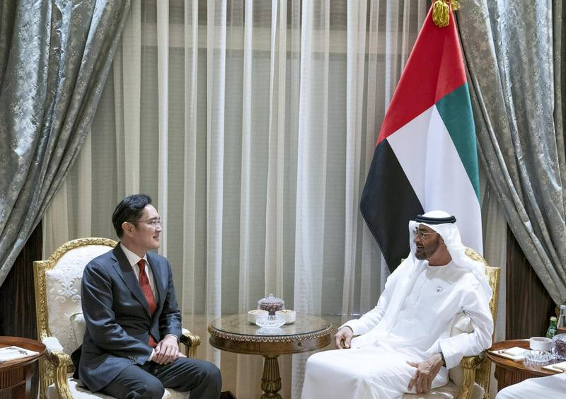 ABU DHABI, UNITED ARAB EMIRATES - February 11, 2019: HH Sheikh Mohamed bin Zayed Al Nahyan, Crown Prince of Abu Dhabi and Deputy Supreme Commander of the UAE Armed Forces (R), meets with Jae-Yong Lee, Vice Chairman of Samsung Electronics South Korea (L), at Al Shati Palace.  ( Mohamed Al Hammadi / Ministry of Presidential Affairs ) ---