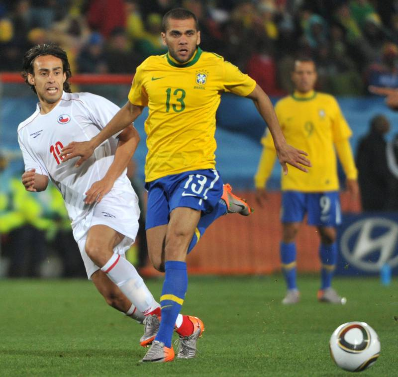 Brazil's defender Daniel Alves (R) vies with Chile's midfielder Jorge Valdivia during the 2010 World Cup round of 16 football match Brazil vs. Chile on June 28, 2010 at Ellis Park stadium in Johannesburg.  NO PUSH TO MOBILE / MOBILE USE SOLELY WITHIN EDITORIAL ARTICLE       AFP PHOTO / ROBERTO SCHMIDT / AFP PHOTO / ROBERTO SCHMIDT