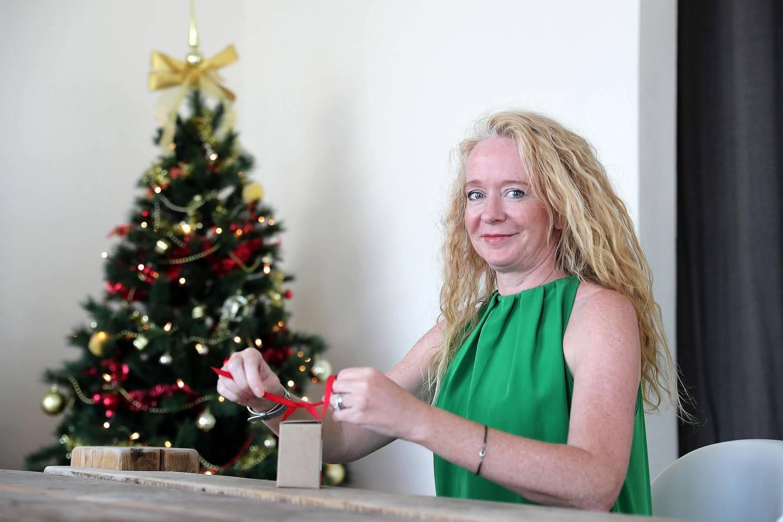 DUBAI , UNITED ARAB EMIRATES , NOV 21   – 2017 :- Heidi-Jane Hill wrapping Christmas gift at her villa in Al Barsha 3 in Dubai. (Pawan Singh / The National) Story by Jessica Hill