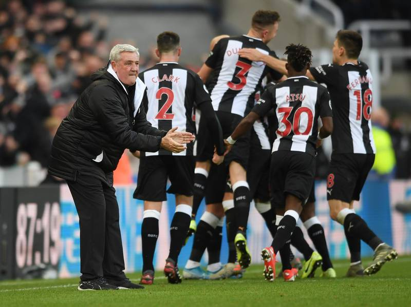 NEWCASTLE UPON TYNE, ENGLAND - NOVEMBER 30: Newcastle manager Steve Bruce celebrates with his players after Jonjo Shelvey had scored the 2nd Newcastle goal during the Premier League match between Newcastle United and Manchester City at St. James Park on November 30, 2019 in Newcastle upon Tyne, United Kingdom. (Photo by Stu Forster/Getty Images)