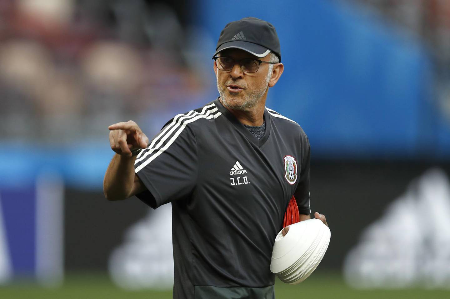 Mexico head coach Juan Carlos Osorio gives instructions to his players during Mexico's official training on the eve of the group F match between Germany and Mexico at the 2018 soccer World Cup in the Luzhniki Stadium in Moscow, Russia, Saturday, June 16, 2018. (AP Photo/Eduardo Verdugo)