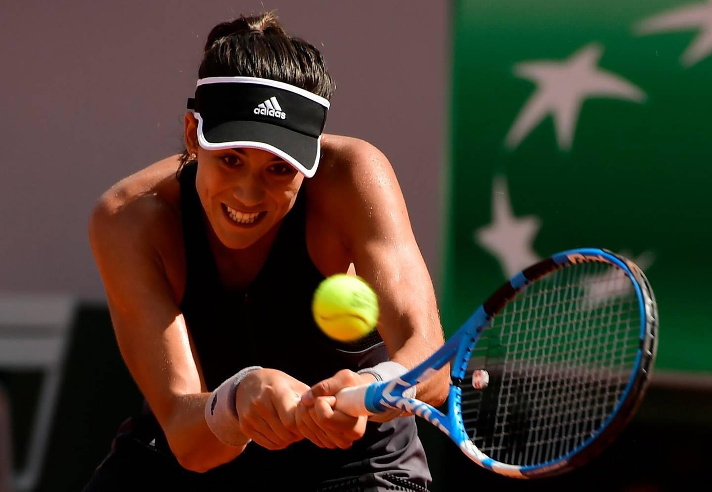 epa06791179 Garbine Muguruza of Spain plays Simona Halep of Romania during their women's semi final match during the French Open tennis tournament at Roland Garros in Paris, France, 07 June 2018.  EPA/CAROLINE BLUMBERG