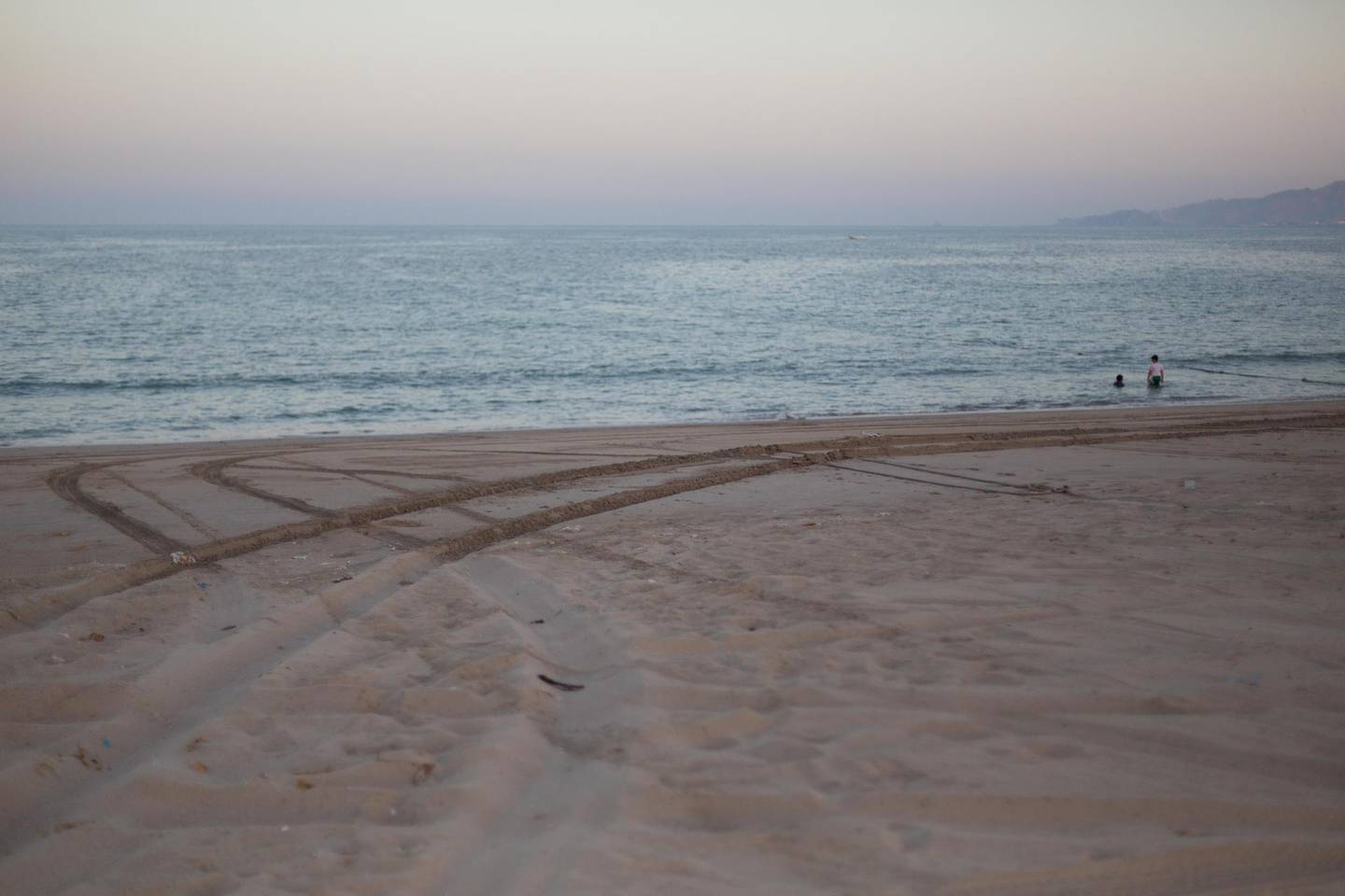 E62WPK Tyre tracks in the sand at dusk, Dibba, Oman. Image shot 10/2013. Exact date unknown. Alison Teale / Alamy Stock Photo