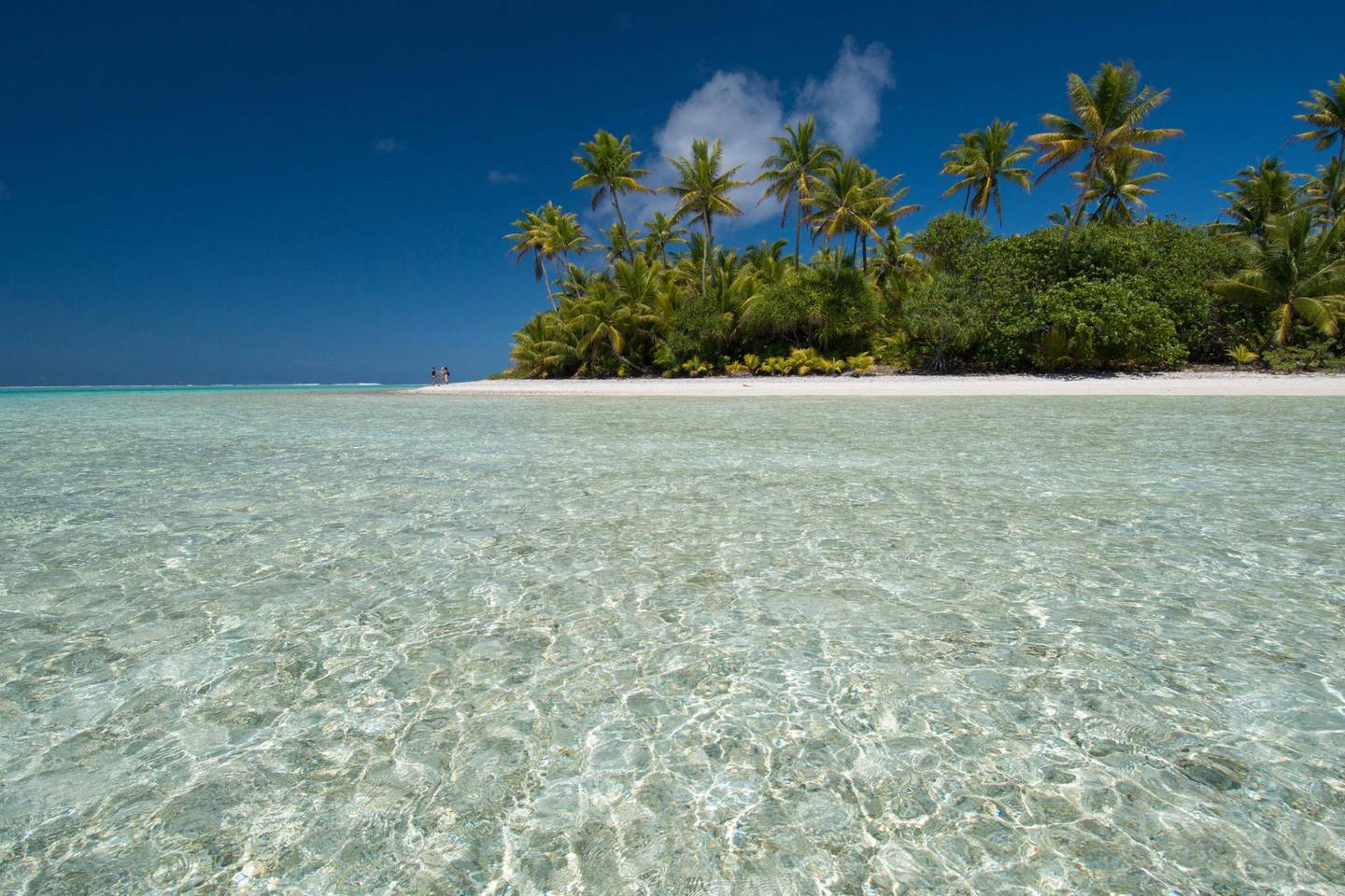 J2F3P6 Cook Islands. Palmerston Island, a classic atoll, discovered by Captain Cook in 1774. Current population of 62 people, are all descendants of William Marsters (aka Masters). Beach view with person in the distance. Alamy