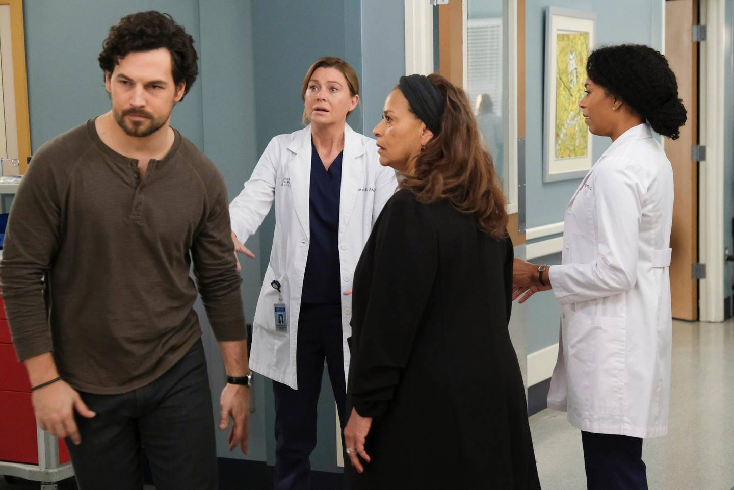 """GREYÕS ANATOMY - """"Put on a Happy Face"""" - Link tries to convince Amelia to take it easy during the final stage of her pregnancy. Hayes asks Meredith a surprising question, and Owen makes a shocking discovery, on the season finale of """"Grey's Anatomy,"""" THURSDAY, APRIL 9 (9:00-10:01 p.m. EDT), on ABC. (ABC/Jessica Brooks)GIACOMO GIANNIOTTI, ELLEN POMPEO, DEBBIE ALLEN, KELLY MCCREARY"""