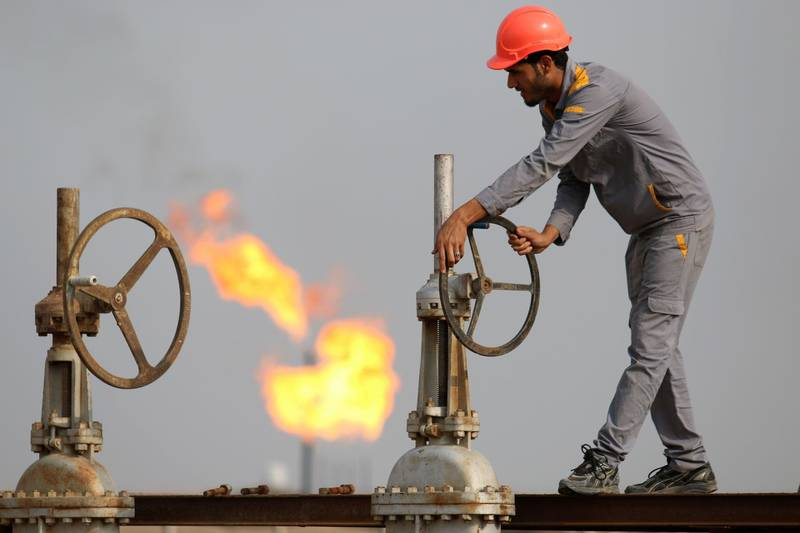 (FILES) In this file photo taken on October 30, 2015, an Iraqi labourer works at an oil refinery in the southern town Nasiriyah. As crude prices plunge, Iraq's oil sector is facing a triple threat that has slashed revenues, risks denting production and may spell trouble for future exports.  / AFP / HAIDAR MOHAMMED ALI