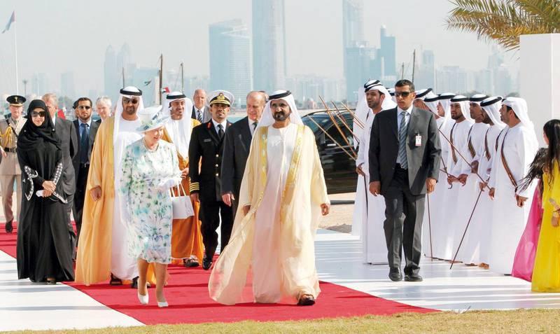 """محمد بن راشد ال مكتوم """" نائب رئيس الدولة رئيس مجلس الوزراء حاكم دبي و """" اليزابيث الثانية """" ملكة بريطانيا """" يزيحان الستار عن التصميم الخاص ب """" متحف زايد الوطني """" -"""