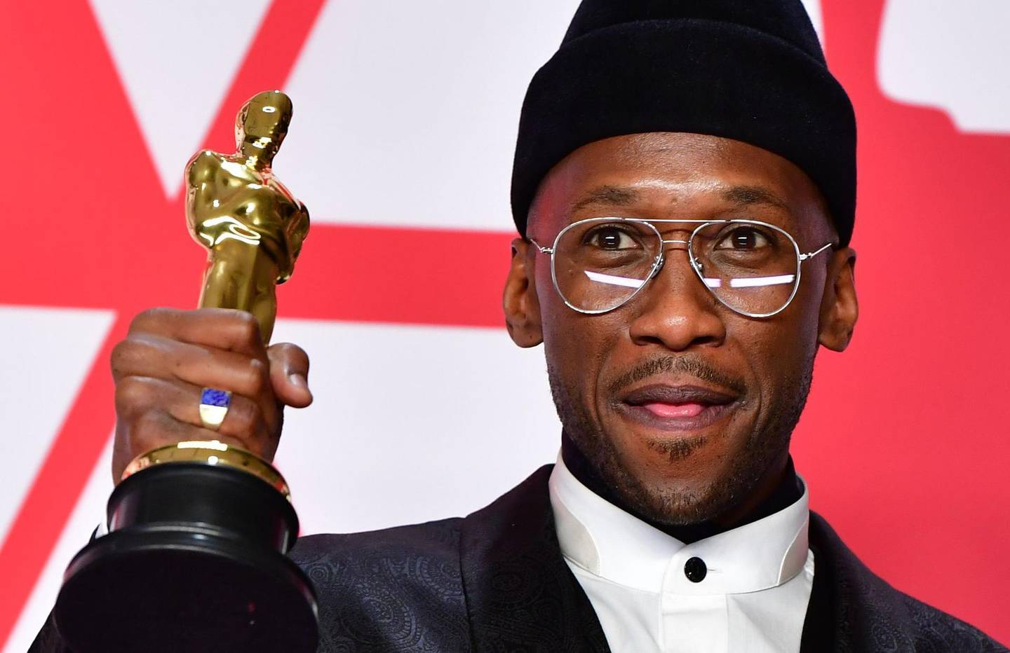 """TOPSHOT - Best Supporting Actor winner for """"Green Book"""" Mahershala Ali  poses in the press room with his Oscar during the 91st Annual Academy Awards at the Dolby Theater in Hollywood, California on February 24, 2019.  / AFP / FREDERIC J. BROWN"""