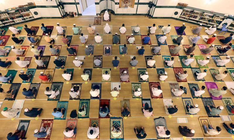 Muslims perform Tahajjud prayers at the Naif Mosque in Dubai on May 5, 2021 during the Muslim holy fasting month of Ramadan. / AFP / Karim SAHIB