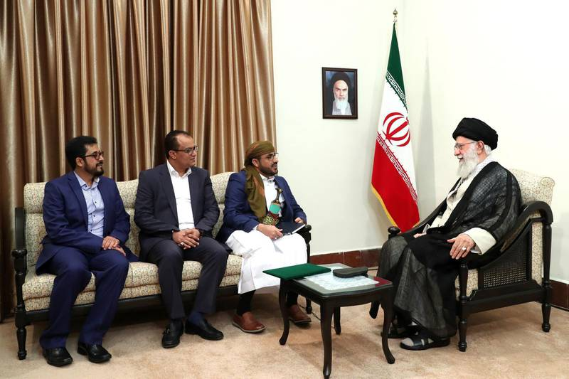 """A handout picture provided by the office of Iran's Supreme Leader Ayatollah Ali Khamenei on August 13, 2019 shows him (R) meeting with Mohammed Abdul-Salam (C), spokesman for Yemen's Huthi rebels, during their meeting at Khamenei's residence in the capital Tehran. (Photo by - / KHAMENEI.IR / AFP) / === RESTRICTED TO EDITORIAL USE - MANDATORY CREDIT """"AFP PHOTO / HO / KHAMENEI.IR"""" - NO MARKETING NO ADVERTISING CAMPAIGNS - DISTRIBUTED AS A SERVICE TO CLIENTS ==="""