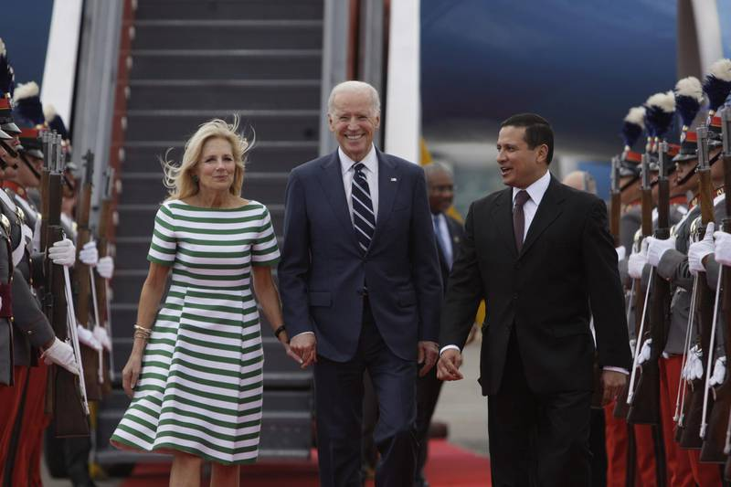 epa04644960 US vice president Joe Biden (C) and his wife Jill Biden (L) are welcomed by Guatemalan minister of Foreign Affairs Carlos Morales (R) at Guatemala City, Guatemala, 02 March 2015. Biden is on a two-day official visit to Guatemala, where he will meet presidents of Central America North Triangle to talk about a plan of the Prosperity Alliance to tackle immigration.  EPA/Saúl Martínez