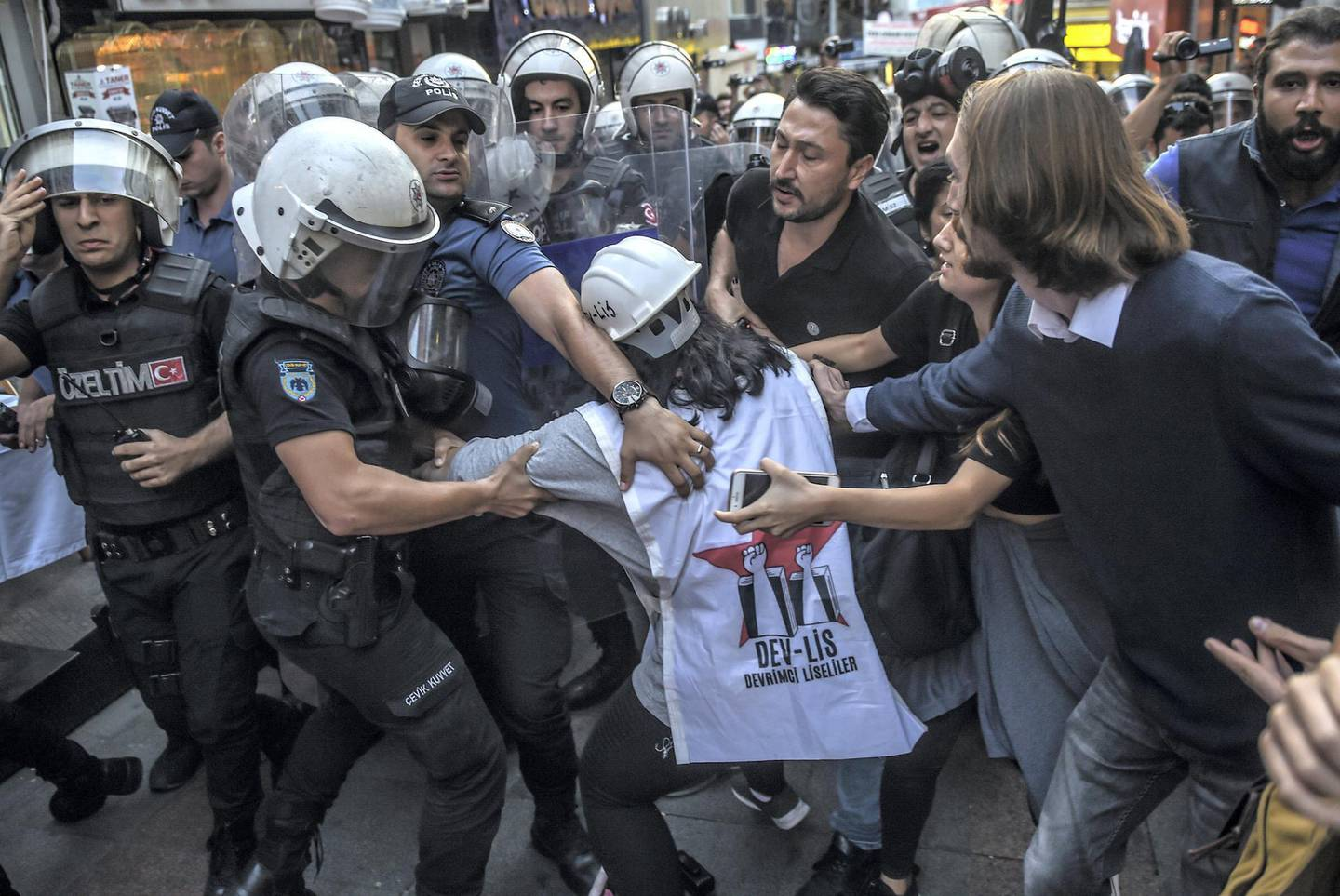 Turkish police officers arrest protesters, gathered in support of workers that were arrested earlier for protesting over labour conditions at Istanbul's new airport, in Istanbul, on September 15, 2018. A trade union leader says police rounded up more than 500 construction workers after they staged a protest at the new airport. AFP