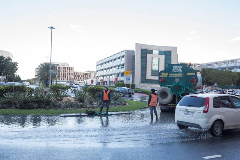 Dubai, United Arab Emirates - Dubai Municipality getting the water out from a roundabout in Internet City.  Ruel Pableo for The National