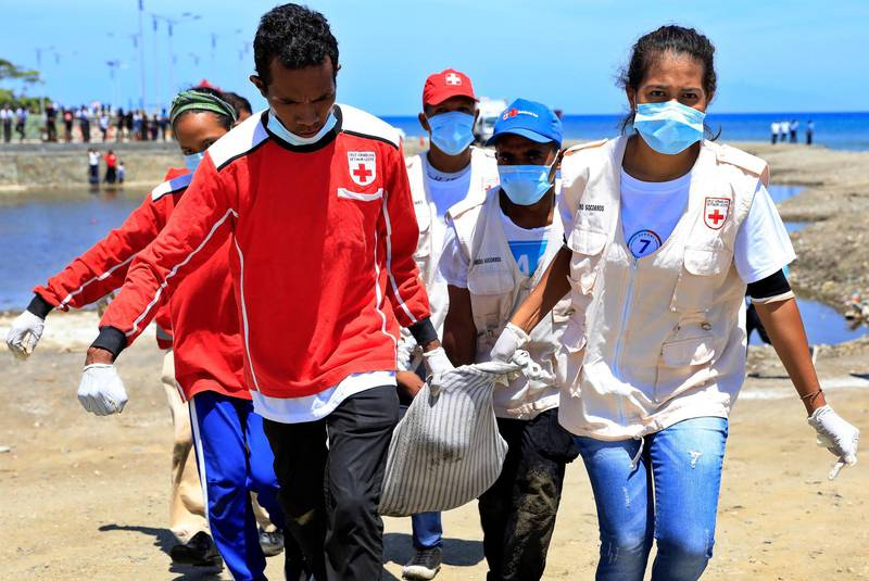 epa08739652 Volunteers and officials participate during an earthquake and tsunami drill on a beach in Dili, East Timor, also known as Timor Leste, 13 October 2020. The drill was staged to improve disaster preparedness.  EPA/ANTONIO DASIPARU
