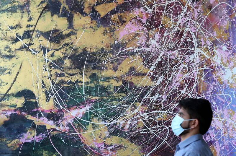 Dubai, United Arab Emirates - N/A. News. Coronavirus/Covid-19. People look at artwork for sale at Anyahh Art. Saturday, September 12th, 2020. Dubai. Chris Whiteoak / The National