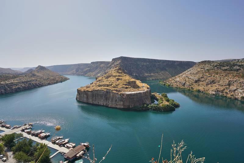 RG661W Aerial view of Rumkale and Euphrates River, Halfeti, Turkey. Alamy